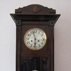 Relojes de pared: ANTIGUO RELOJ CUERDA MECÁNICO A LLAVE ANTIGUO DE PARED ALEMÁN CON PÉNDULO Y CAMPANADAS AÑO 1910 1920. Lote 293800983