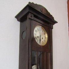 Relojes de pared: ANTIGUO RELOJ CUERDA MECÁNICO A LLAVE ANTIGUO DE PARED ALEMÁN CON PÉNDULO Y CAMPANADAS AÑO 1910 1920. Lote 295710298
