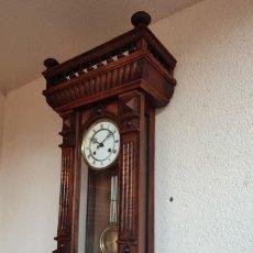 Relojes de pared: RELOJ ANTIGUO DE MADERA SIGLO XIX MUY DETALLADO INMEJORABLE ESTADO FUNCIONA ALTA COLECCIÓN. Lote 295721943