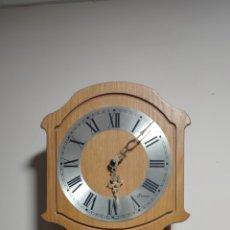 Relojes de pared: RELOJ DE PARED PROMAR CON PÉNDULO FUNCIONA CON PILAS PERO NO ESTÁ PROBADO MEDIDAS 56X24. Lote 295726733
