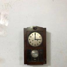 Relojes de pared: RELOJ DE PARED MECANICO ANTIGUO FUNCIONA. VER FOTOS. Lote 295794348