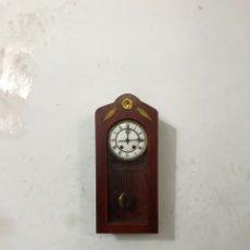Relojes de pared: CURIOSO RELOJ DE PARED MECÁNICO ANTIGUO .ESFERA PORCELANA. AÑOS 20.RESTAURADO FUNCIONA PERFECTAMENTE. Lote 296068798