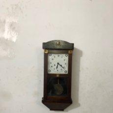 Relojes de pared: ANTIGUO RELOJ MECÁNICO DE LA PARED CON ADORNO ÁNGEL DE BRONCE MUY CURIOSO EN LA CAJA DE MADERA . VER. Lote 296068898