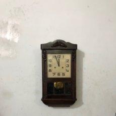 Relojes de pared: ANTIGUO RELOJ LA PARED DE CUERDA AÑOS 20 . RESTAURADO. FUNCIONA. CON LLAVE . VER LAS MEDIDAS. Lote 296069018