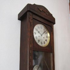 Relojes de pared: ANTIGUO RELOJ CUERDA MECÁNICO A LLAVE ANTIGUO DE PARED ALEMÁN CON PÉNDULO Y CAMPANADAS AÑO 1920 1930. Lote 296861693