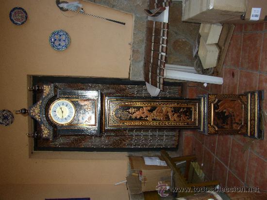 RELOJ DE PIE ESTILO INGLÉS CON DECORACIONES ORIENTALES EN RELIEVE. (VER FOTOS) (Relojes - Pie Carga Manual)