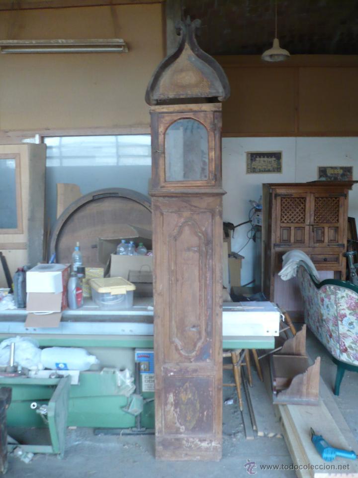 Relojes de pie: Caja de Reloj del S. XVIII en nogal mazizo y restos de policromia, con cristal de época y birrete - Foto 2 - 46806313