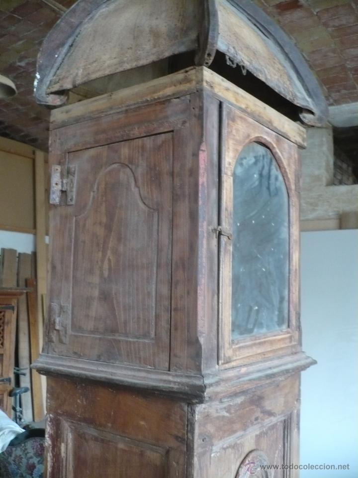 Relojes de pie: Caja de Reloj del S. XVIII en nogal mazizo y restos de policromia, con cristal de época y birrete - Foto 4 - 46806313