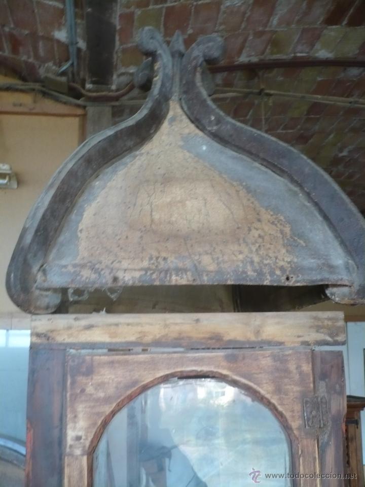 Relojes de pie: Caja de Reloj del S. XVIII en nogal mazizo y restos de policromia, con cristal de época y birrete - Foto 5 - 46806313