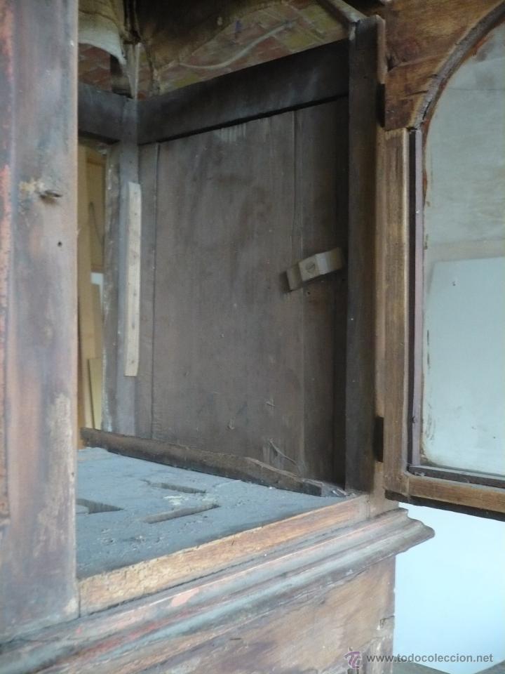 Relojes de pie: Caja de Reloj del S. XVIII en nogal mazizo y restos de policromia, con cristal de época y birrete - Foto 6 - 46806313