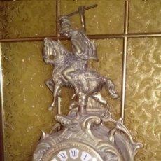 Relojes de pie: PRECIOSO RELOJ ANTIGUO DE SOBREMESA EN BRONCE MACIZO CON UN SOLDADO Y SU LANZA Y MAQUINARIA CUARZO. Lote 57207922