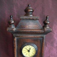 Relojes de pie: RELOJ CON MUEBLE SOBREMESA DE MADERA.. Lote 68556489