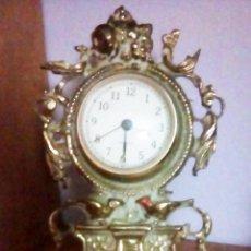 Relojes de pie: RELOJ DECORATIVO DE PIE VINTAGE EN BRONCE , AÑOS 70 C0M0 NUEVO. FUNCIONANDO. TAMAÑO 22X15 CMS. Lote 109999395