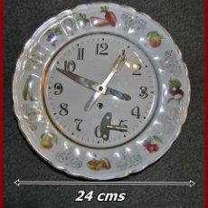Relojes de pie: RELOJ CERÁMICO VINTAGE DE COCINA....AÑOS 60, CON MAQUINARIA DE CUERDA Y LLAVE...NO FUNCIONA..... Lote 120867387
