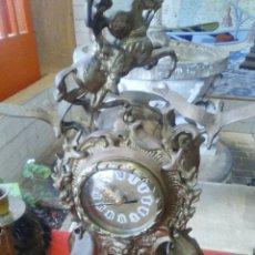Relojes de pie: RELOJ DE BRONCE CON MECANISMO DE PILAS ..PERO ANTIGUO ..GRANDE ,PESADO..MUY DECORADO COMO SE VE FOT. Lote 121477939