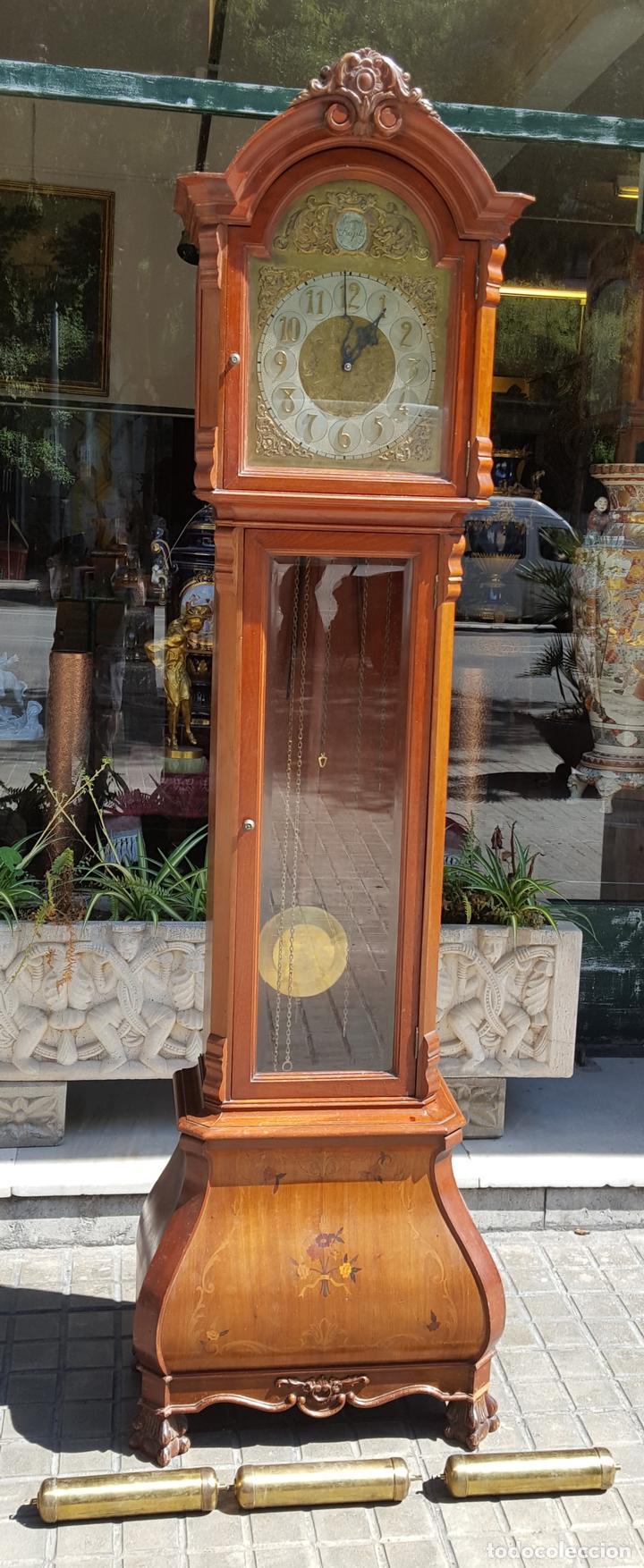 RELOJ DE PIE. MUEBLE EN MADERA DE RAÍZ. ESTILO INGLES. CIRCA 1950. (Relojes - Pie Carga Manual)