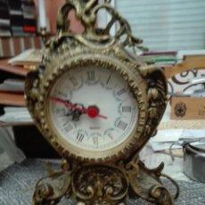 Relojes de pie: CONJUNTO LOTE RELOJ DE SOBREMESA CON DOS CANDELABROS TODO BRONCE. Lote 147959390
