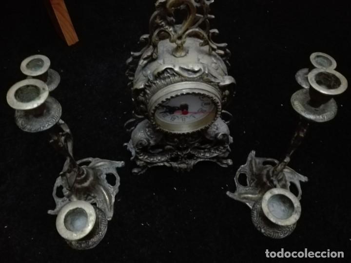 Relojes de pie: Conjunto lote reloj de sobremesa con dos candelabros todo bronce - Foto 2 - 147959390