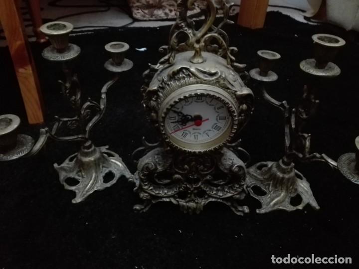 Relojes de pie: Conjunto lote reloj de sobremesa con dos candelabros todo bronce - Foto 3 - 147959390
