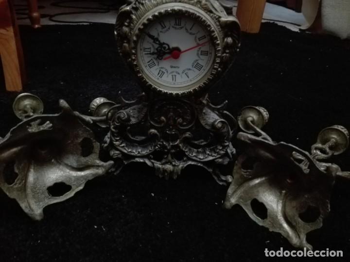 Relojes de pie: Conjunto lote reloj de sobremesa con dos candelabros todo bronce - Foto 4 - 147959390