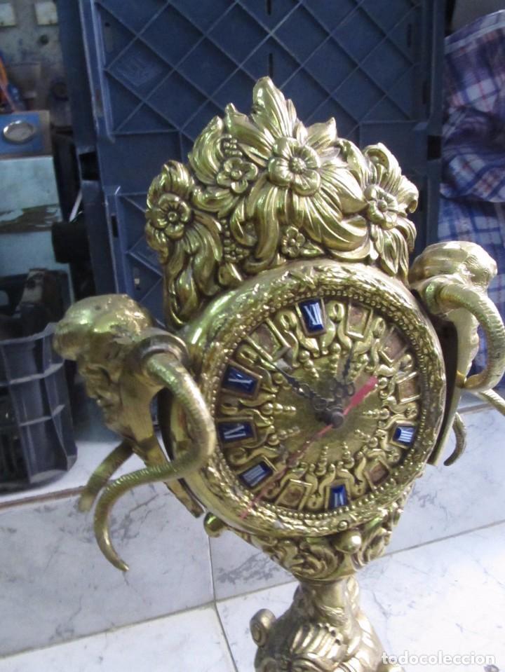 Relojes de pie: RELOJ CLÁSICO DE PIE HECHO EN BRONCE, DE CARGA MANUAL - MEDIDA 52 x 24 cm. - Foto 2 - 150749350