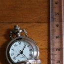 Relojes de pie: RELOJ DE BOLSILLO MINIATURA DE METAL, DESCONOZCO SI FUNCIONA. CREO QUE ES UNA RÉPLICA SIN MAQUINARIA. Lote 164738382