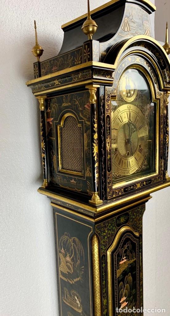 ANTIGUO RELOJ DE PIE CON CAJA EN MADERA DECORACIÓN RELIEVES MOTIVOS CHINOS ,FUNCIONANDO CON SONERÍA (Relojes - Pie Carga Manual)