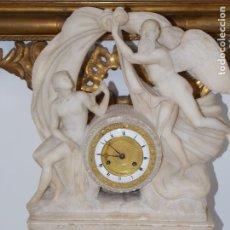 Relojes de pie: ANTIGUA ESCULTURA FRANCESA DE ALABASTRO CON RELOJ 1900 CIRCA. Lote 179053823