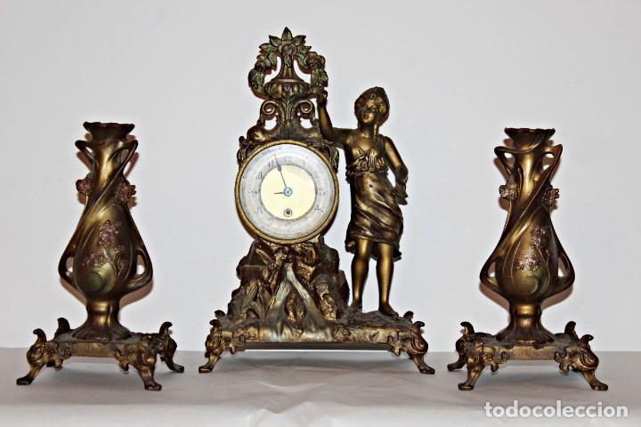 CONJUNTO DE RELOJ Y JARRONES. ART NOUVEAU (3) 1900´S- ESTILO ROCOCÓ - CALAMINA/ZAMACK (Relojes - Pie Carga Manual)