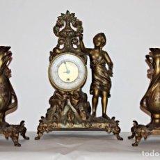 Relojes de pie: CONJUNTO DE RELOJ Y JARRONES. ART NOUVEAU (3) 1900´S- ESTILO ROCOCÓ - CALAMINA/ZAMACK. Lote 192674613