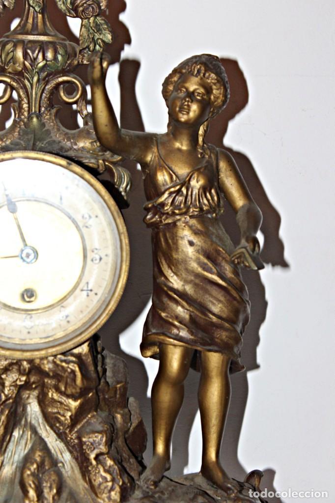 Relojes de pie: Conjunto de reloj y jarrones. Art Nouveau (3) 1900´s- Estilo Rococó - Calamina/Zamack - Foto 4 - 192674613
