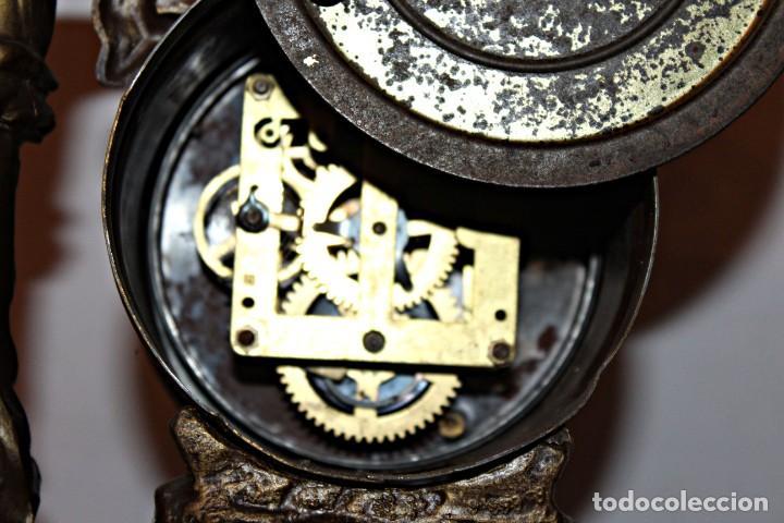 Relojes de pie: Conjunto de reloj y jarrones. Art Nouveau (3) 1900´s- Estilo Rococó - Calamina/Zamack - Foto 12 - 192674613