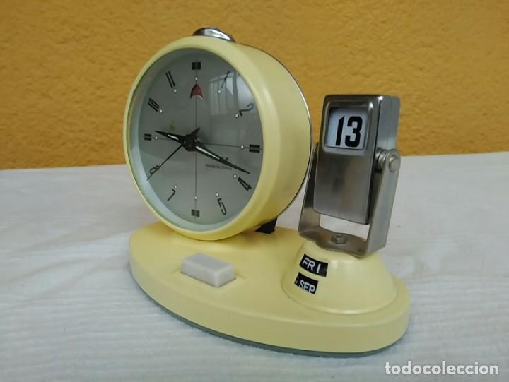 ANTIGUO RELOJ DESPERTADOR CALENDARIO SEMANARIO DE CUERDA VINTAGE (Relojes - Pie Carga Manual)