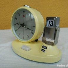 Relojes de pie: ANTIGUO RELOJ DESPERTADOR CALENDARIO SEMANARIO DE CUERDA VINTAGE. Lote 196054497