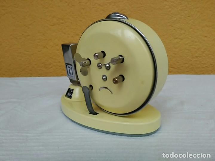 Relojes de pie: Antiguo reloj despertador calendario semanario de cuerda vintage - Foto 2 - 196054497