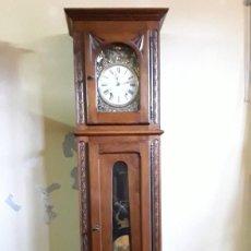 Relojes de pie: RELOJ MOREZ CON CAJA DE CASTAÑO TALLADA A MANO. HORAS CON REPETICIÓN Y MEDIAS. CON SU LLAVE.. Lote 219899805