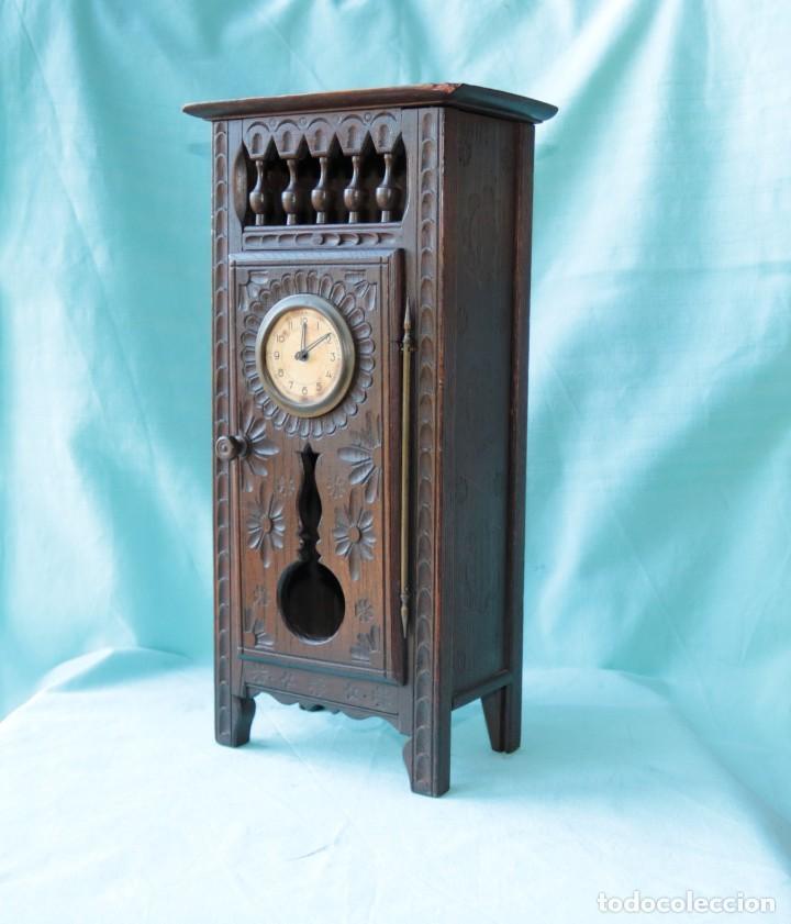ARMARIO MINIATURA VINTAGE CON RELOJ. VINTAGE MINIATURE CUPBOARD WITH CLOCK. (Relojes - Pie Carga Manual)