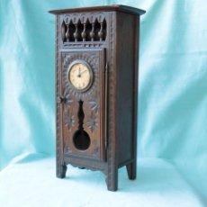 Relojes de pie: ARMARIO MINIATURA VINTAGE CON RELOJ. VINTAGE MINIATURE CUPBOARD WITH CLOCK.. Lote 225346990