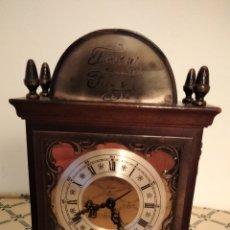 Relojes de pie: RELOJ DESPERTADOR MADERA Y METAL. Lote 234565335