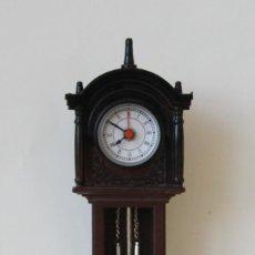 Relojes de pie: REPRODUCCION RELOJ DE PIE EN MINIATURA EN FUNCIONAMIENTO – DESPERTADOR – VER MAQUINARIA EN FOTO. Lote 241407290