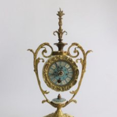 Relojes de pie: ANTIGUO PRECIOSO RELOJ MECÁNICO DE BRONCE. 45 CM.. Lote 255542525