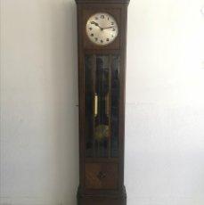 Relógios de pé: GRAN BANCO COLONIAL DE 3 PLAZAS RESPALDO DE HERRADURA EN OLMO MACIZO TAPIZADO EN CUERO. Lote 257400130