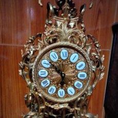 Relojes de pie: AUTÉNTICO RELOJ DE BRONCE CON BAÑO DE ORO DE 24 K CINCELADO A MANO 60 CM DE ALTO. Lote 285442318