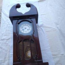 Relojes de pie: RELOJ ANTIGUO DE PARED MECÁNICO CON SU PÉNDULO A CUERDA. Lote 287410463