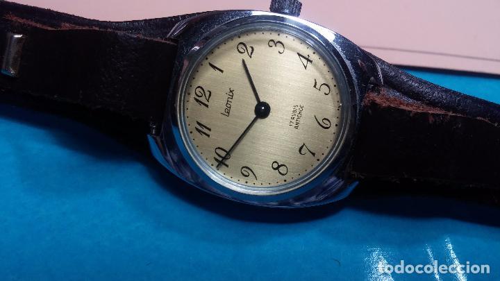 Relojes de pulsera: Botito reloj de cuerda Leonix, muy antiguo, funcionando - Foto 9 - 70253161