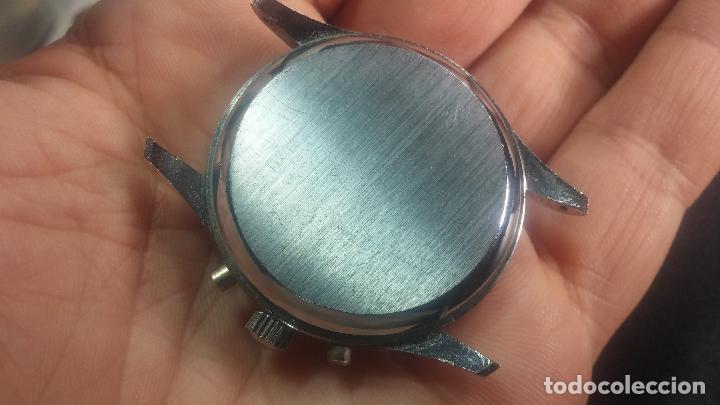 Relojes de pulsera: Botito y enorme reloj con una corona y dos pulsadores no se para qué, para reparar o para piezas - Foto 19 - 124239035