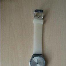 Relojes de pulsera: RELOJ PULSERA DE GOMA BLANCA Y ESFERA DE CUARZO - SIN MARCA. Lote 130858652