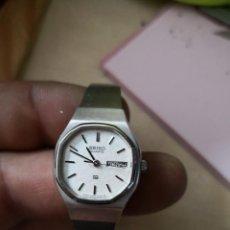 Relojes de pulsera: BONITO RELOJ PLATEADO SEÑORA MARCA SEIKO CIERRE CON CADENA. Lote 136782522