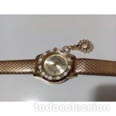 Relojes de pulsera: RELOJ MUJER DORADO COLGANTE CISNE CON CRISTALES. Lote 137186122