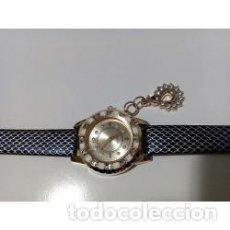 Relojes de pulsera: RELOJ MUJER DORADO COLGANTE CISNE CON CRISTALES. Lote 137186590